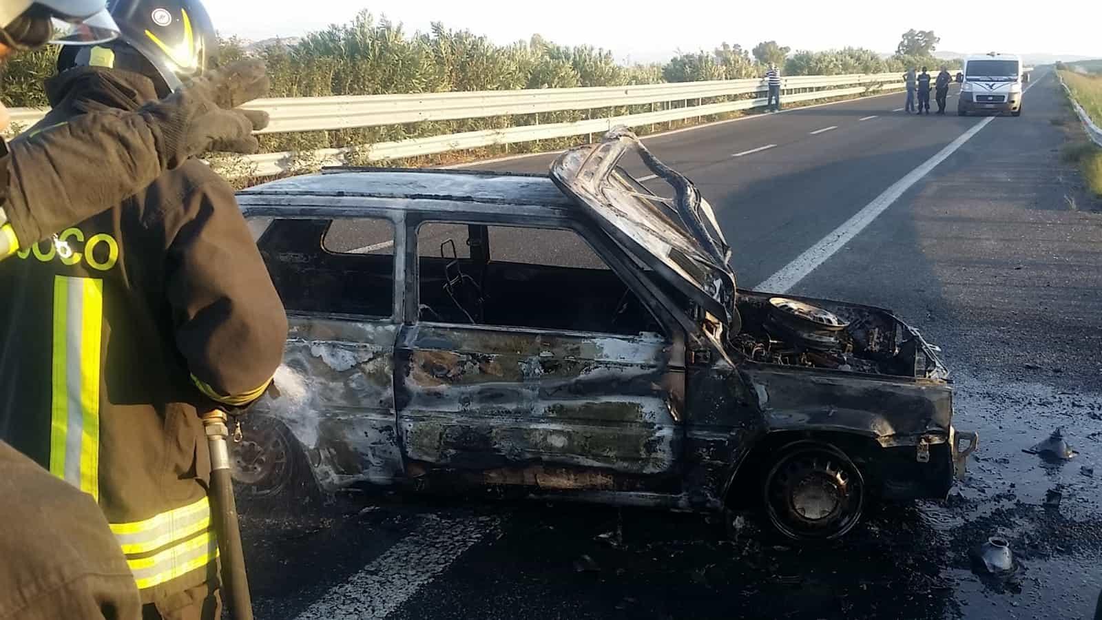 Puglia, commando assalta furgone portavalori, scene da film, pioggia di proiettili, auto in fiamme
