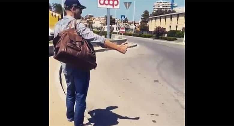 Si ferma per dare un passaggio ad un autostoppista e non sa che è Biagio Antonacci
