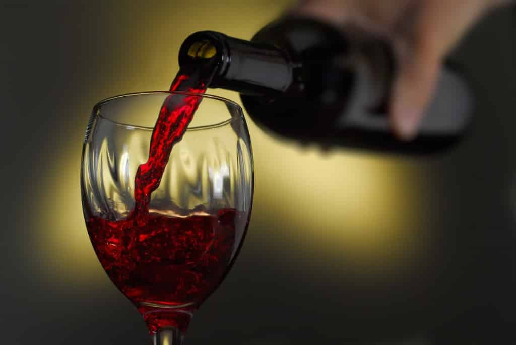 Conto salato, ordinano quattro bicchieri di vino: quando arriva lo scontrino scoppia il parapiglia