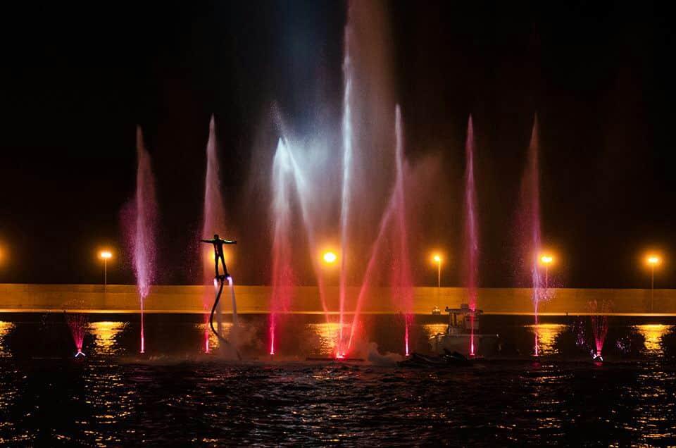Waterfly Show, spettacolo puro sul lungomare di Bari per anticipo apertura Fiera, spericolate acrobazie acquatiche e ologrammi tridimensionali