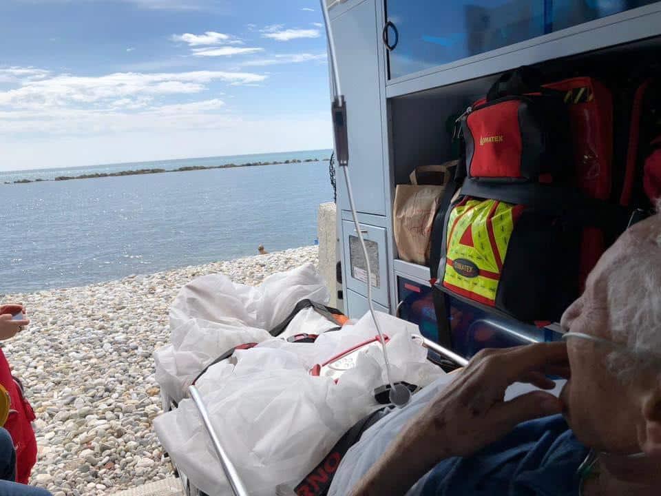 """""""Vorrei vedere il mare per l'ultima volta"""": ambulanza si ferma in spiaggia per esaudire il desiderio di un anziano"""