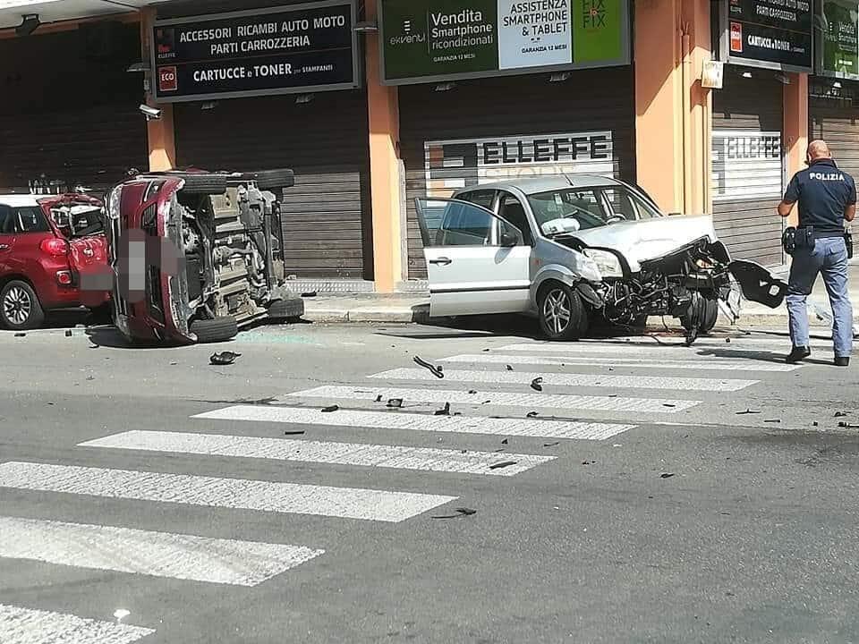 Bari, brutto incidente in via Giulio Petroni, scontro frontale tra due auto, una si ribalta e impatta contro altra vettura in sosta, due i feriti