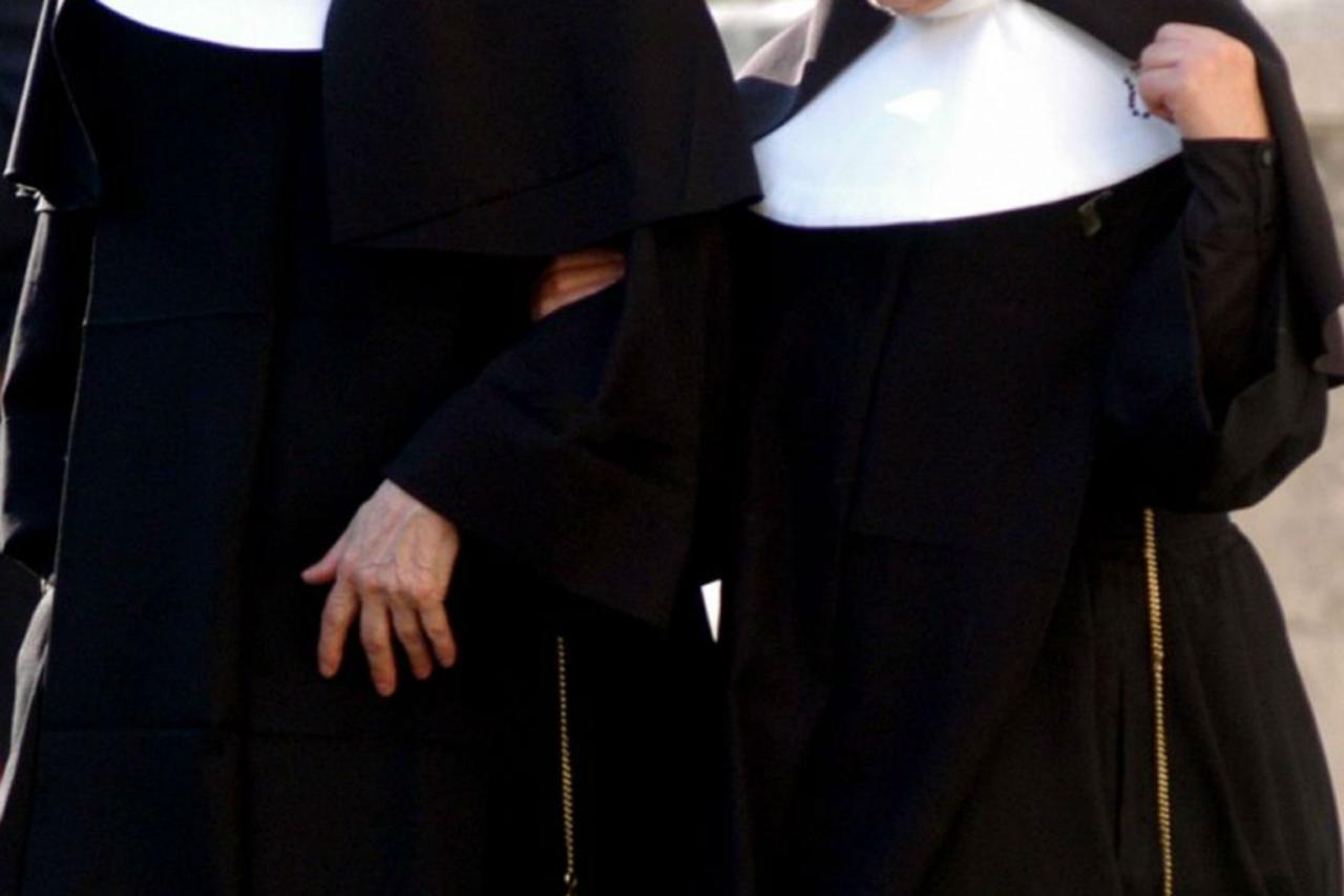 Momenti di terrore in chiesa, suora 37enne con un mattone spacca la testa ad un prete