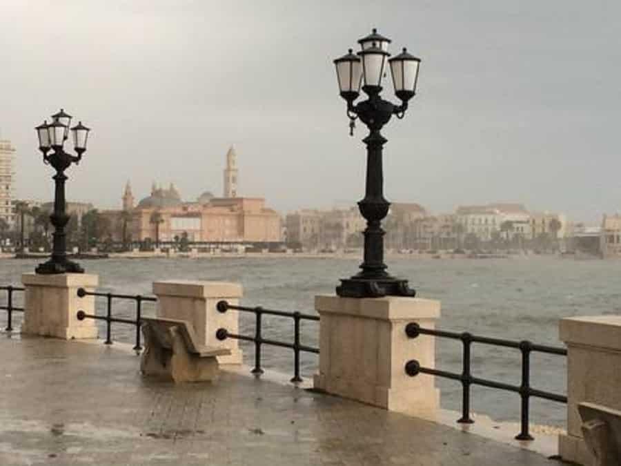 Bomba d'acqua su Bari, strade allagate e traffico in tilt