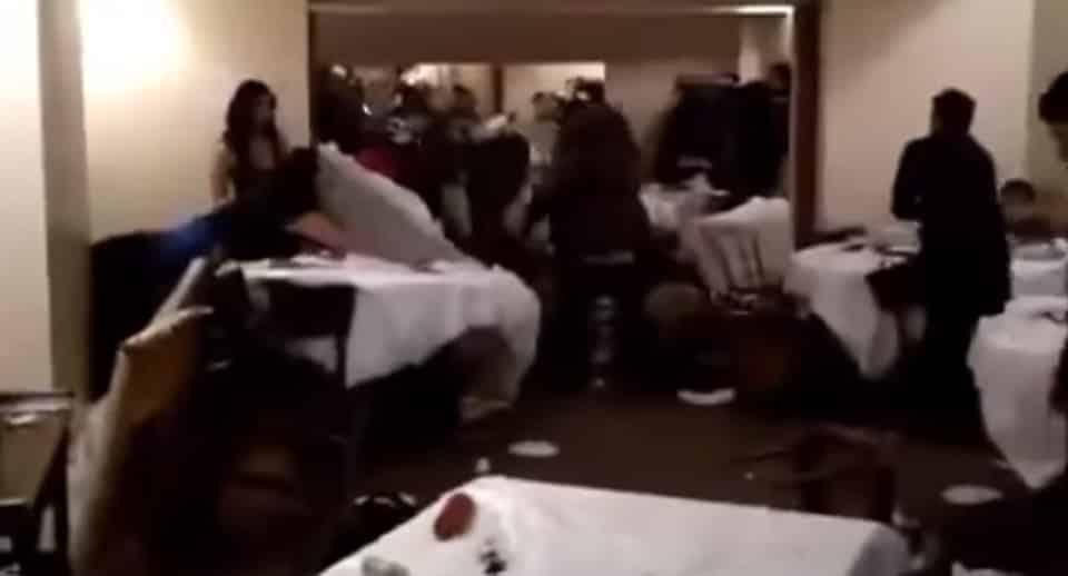In un noto ristorante sposo sparisce nel nulla per due ore per spendere i soldi delle buste, scoppia una maxi rissa tra parenti, cinque i feriti