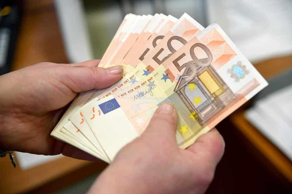 Gli regalano un paio di scarpe usate e dentro trova circa 5mila euro, li riporta al proprietario