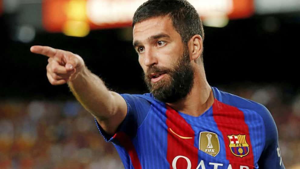 Calciatore molto popolare turco di proprietà del Barcellona, prima provoca una rissa, poi una sparatoria in ospedale