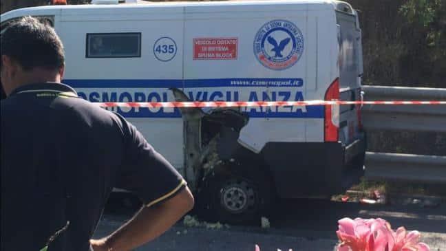 Far West sulle strade di Foggia, assaltato unportavalori con una gru, banditi fuggono contromano, panico tra automobilisti