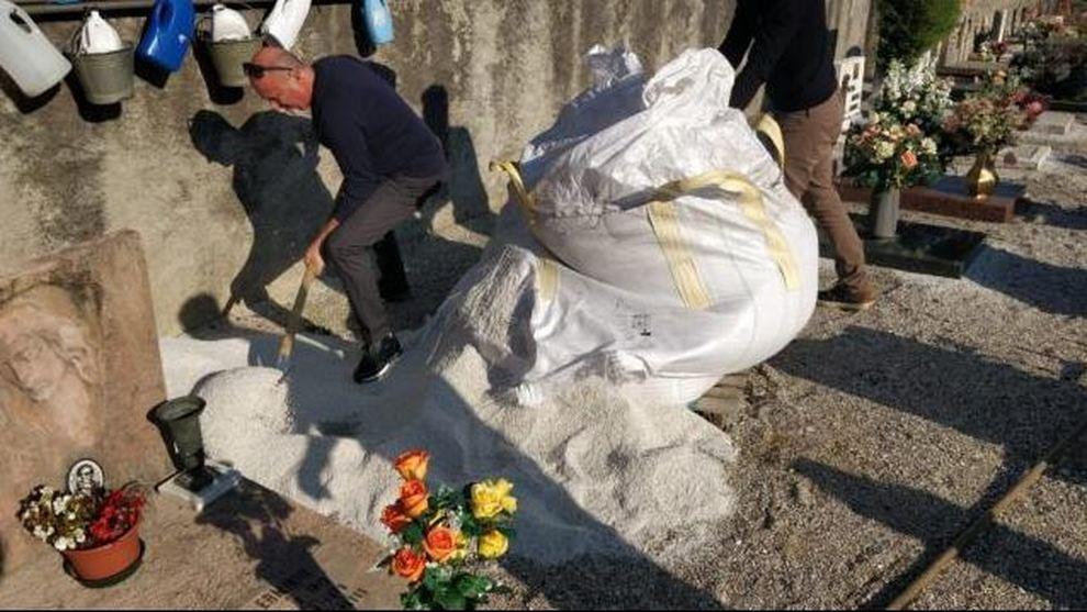 Non c'è posto per scavare la fossa per la bara suocera, genero si metta a scavare nel cimitero