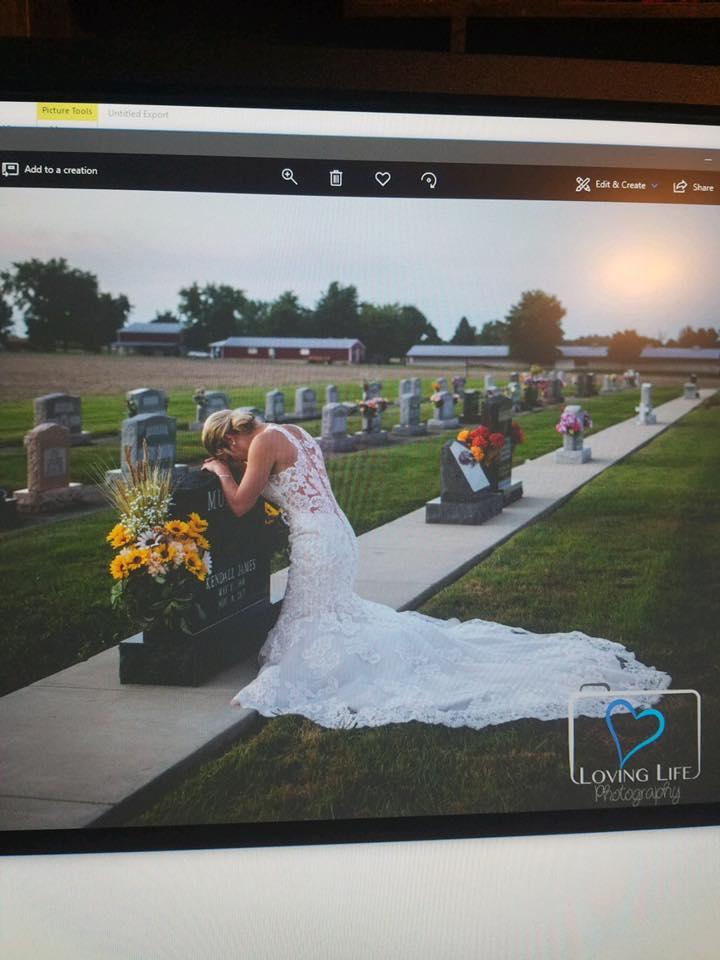 27enne muore poco prima di sposarsi in un terribile incidente stradale, lei il giorno fissato per le nozze si inginocchia e piange sulla tomba vestita da sposa