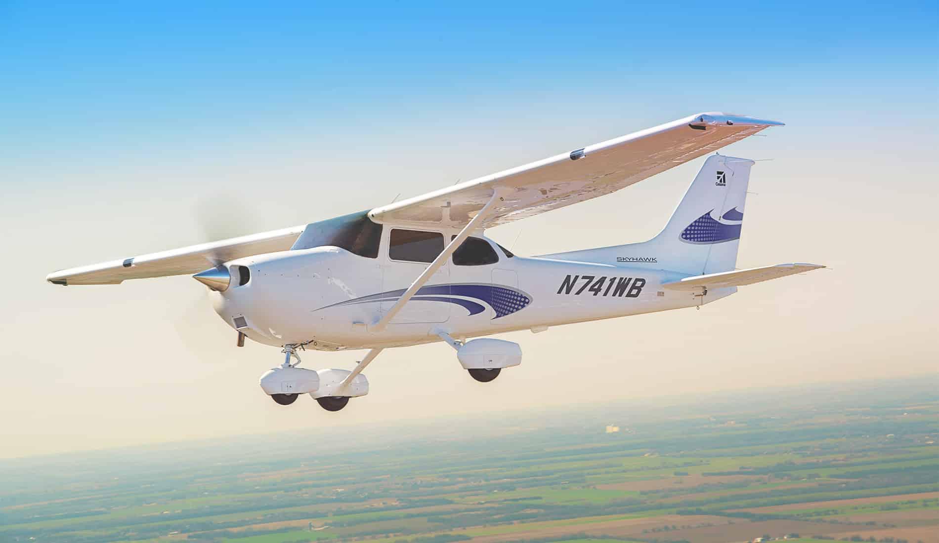 Tragico incidente, aereo da turismo travolge pedoni, muoiono sul colpo due adulti e un bambino