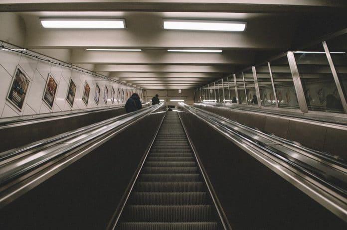 Orrenda fine, muore strangolato dalla sua stessa camicia impigliata nelle scale mobili della metropolitana