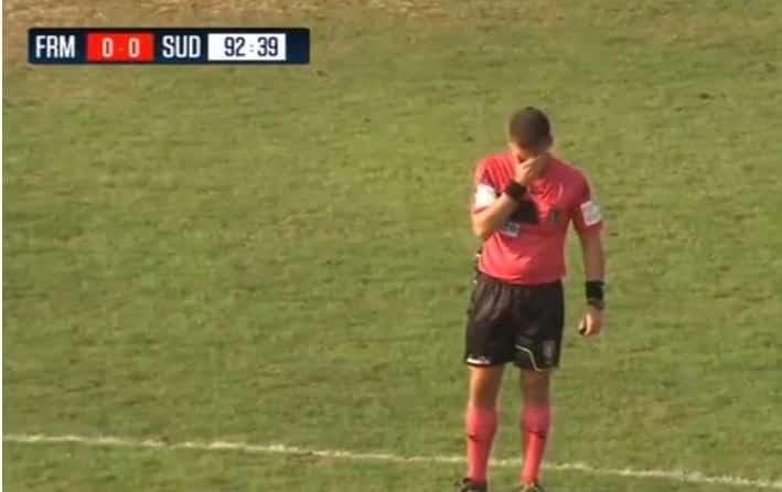 Commozione allo stadio, arbitro fischia la fine della partita ma poi scoppia a piangere, aveva perso il padre da poco