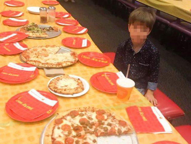 Il piccolo Teddy invita 32 amichetti alla festa di compleanno ma non si presenta nessuno, la sua foto ha commosso il web