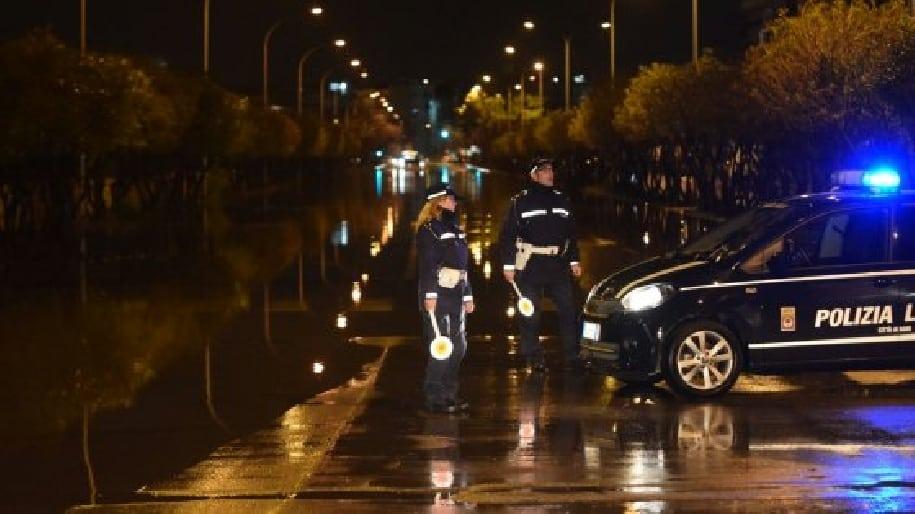 Nubifragio a Bari, tempesta di fulmini e forte vento, problemi alla circolazione, grossi disagi in tangenziale