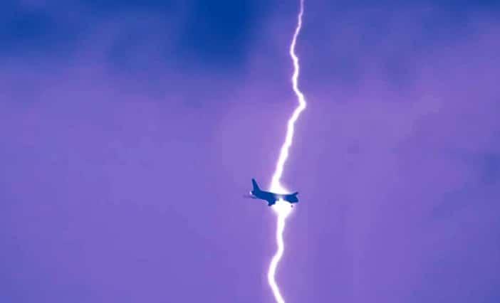 Terrore a bordo, aereo diretto a Bari colpito da un fulmine costretto a atterraggio di emergenza