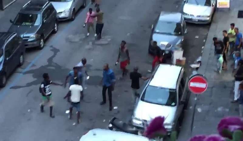 Delirio a Bari, al Libertà nuova maxi rissa tra immigrati, prima scambio di battute, poi calci e pugni