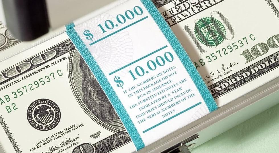 Cameriera serve due bicchieri di acqua e riceve una mancia da record, 10.000 dollari