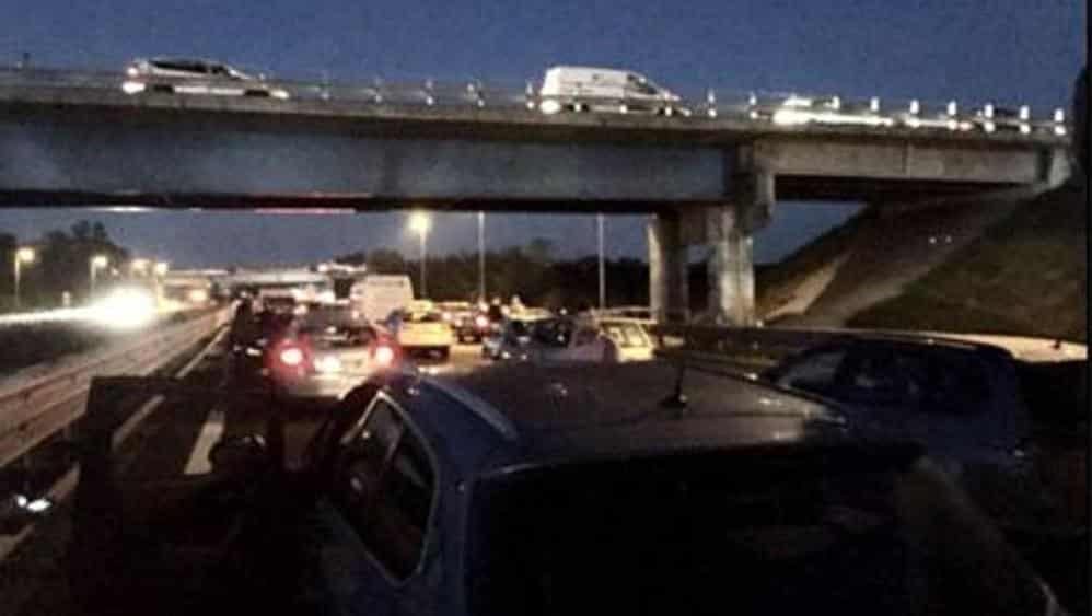 Autostrada A14 chiusa per spettacolare rapina a un tir, chiodi sulla sede stradale, in fuga i ladri inseguiti dalle polizia