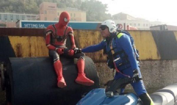 """Ancona, incontro ravvicinato tra Polizia e Spider-man, il supereroe """"sono qui perché ho finito la ragnatela"""""""