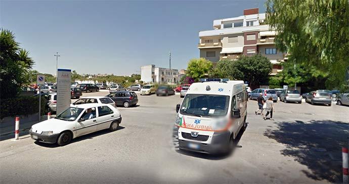 Trani, 23enne litiga con il padre che ha un malore, all'arrivo dell'ambulanza picchia selvaggiamente i soccorritori arrivati in ritardo