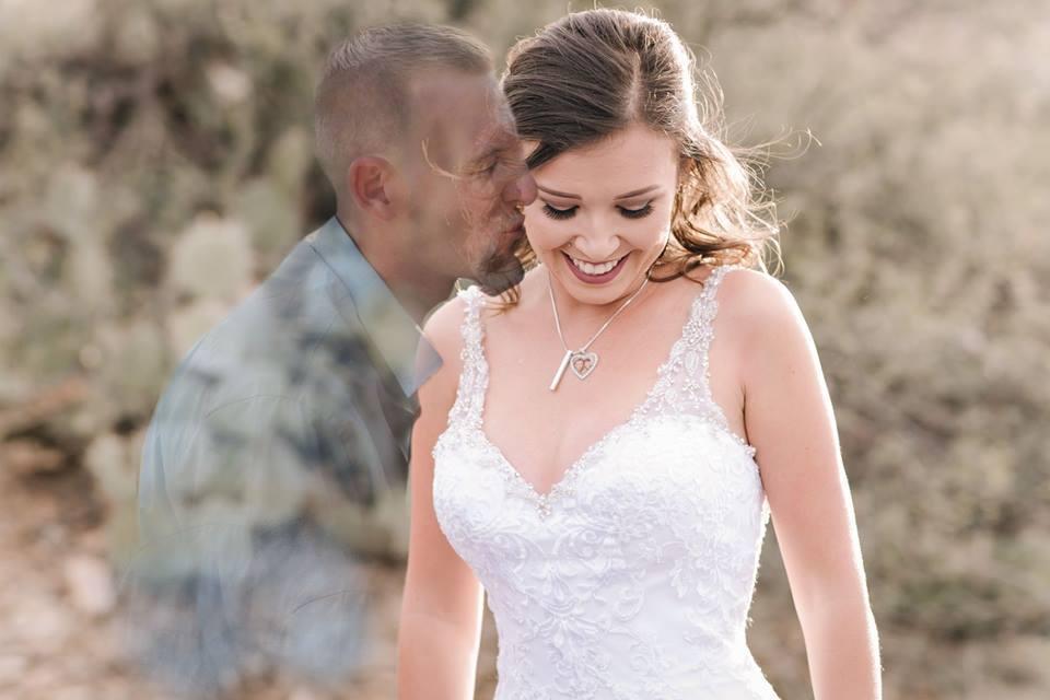 Erano programmate già le nozze ma lui muore in un incidente, lei fa una foto in abito da sposa con il suo ologramma e le sue ceneri