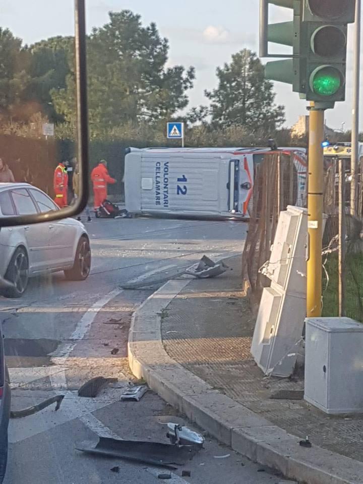 Bari, ambulanza in codice rosso si ribalta per un violento scontro con un'auto , ferito equipaggio