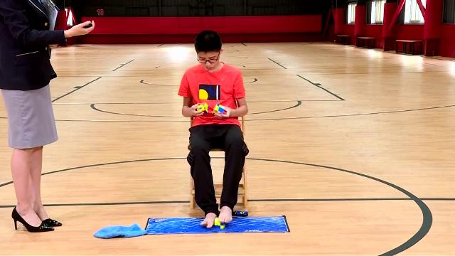 13enne è un genio, batte ogni record risolvendo il cubo di Rubik con le mani e coi piedi