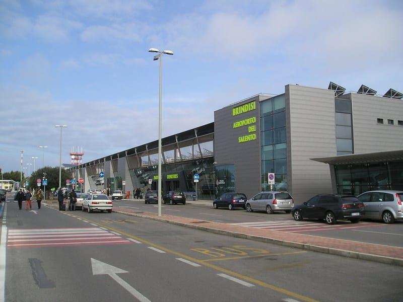 Momenti di terrore a Brindisi, scatta allarme bomba al check-in all'aeroporto di un volo per Roma
