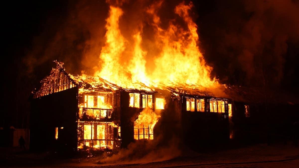 Madre lascia i tre figli piccolissimi chiusi in casa, muoiono carbonizzati per lo scoppio di una caldaia