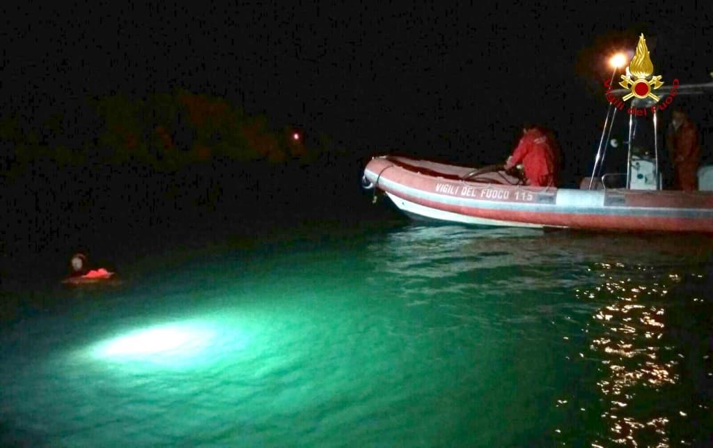 Foggia, disperso pescatore nel lago di Lesina, in azione i sommozzatori dei vigili del fuoco di Bari
