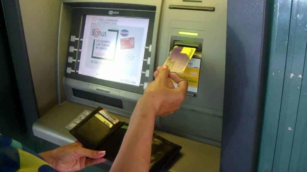 """33enne va al bancomat e vede 600,00 non ritirati, li porta in Posta """"I soldi non fanno la felicità, le buoni azioni sì"""""""