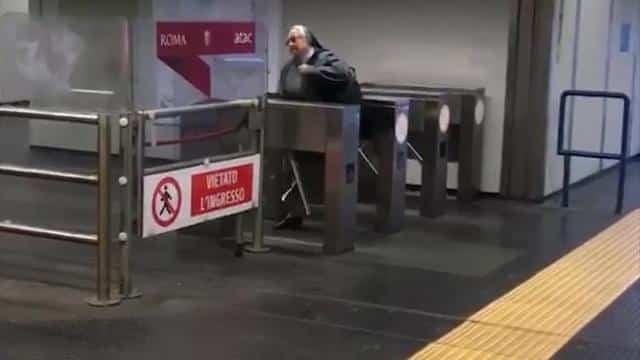 Roma suora ripresa dalle telecamere mentre salta il tornello della metrò per non pagare biglietto
