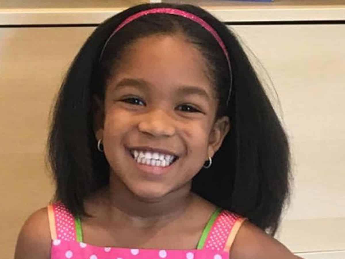Bimba di sei anni uccisa per gioco dal fratello dodicenne con un colpo di pistola, i genitori erano fuori a una festa