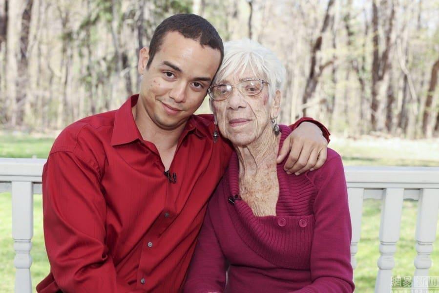 31 anni lui 91 anni lei, sono sul web la coppia del momento, lui fatalmente attratto dal fisico di lei