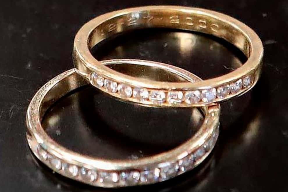 Perde nel water anello d'oro tempestato di diamante dal valore di un miliardo, 9 anni dopo viene ritrovato nella fogna pubblica