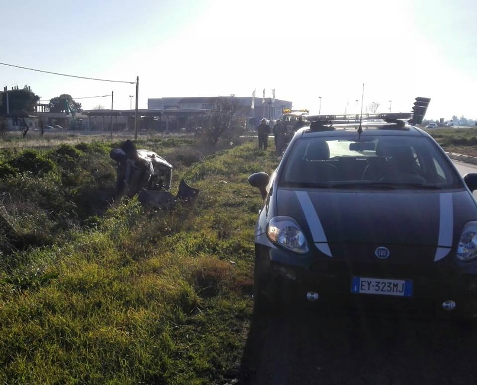 Foggia, giovane donna finisce fuori strada con la sua auto in circonvallazione, trasportata in codice rosso