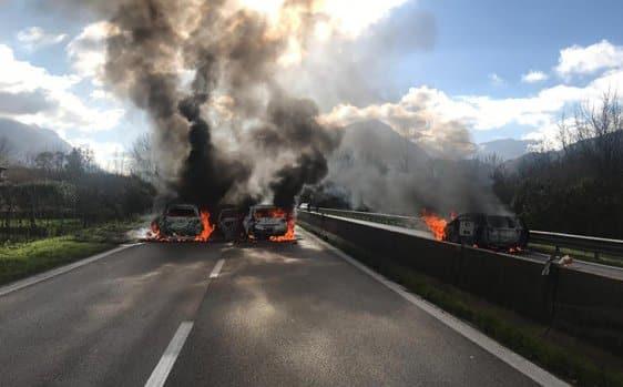 Avellino, far west in autostrada, assalto armato a portavalori, i banditi fuggono contromano, incendiando due camion e dopo un conflitto a fuoco con la polizia