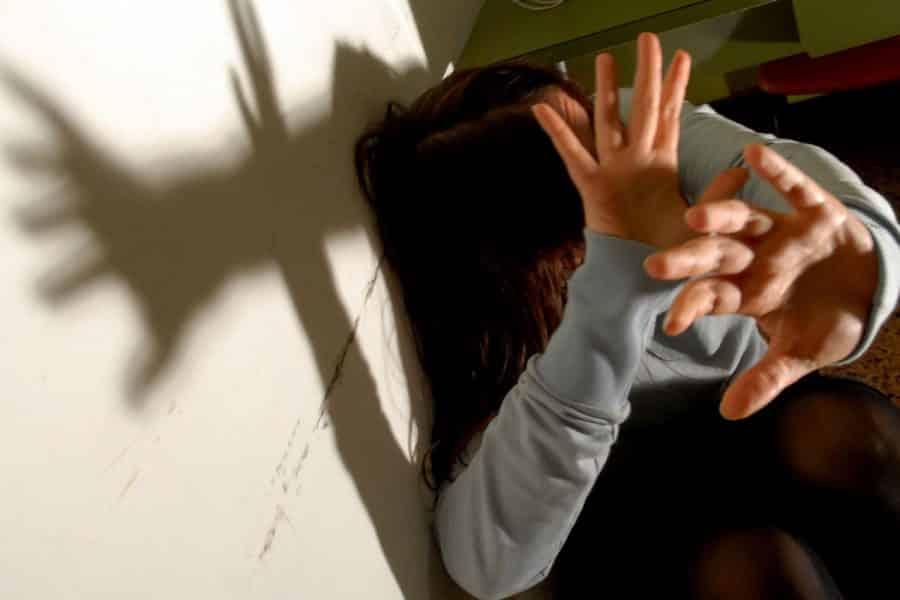Mamma massacra di botte la figlia di 7 anni, la sorella riprende tutto e la fa arrestare