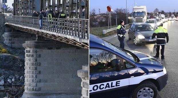 Padre disperato perché non vede i figli minaccia di lanciarsi da un ponte, automobilisti esasperati dal blocco del traffico lo incitano a farlo