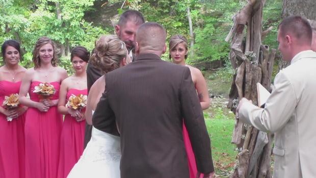 La  sposa non sa scegliere, per il suo matrimonio porta due papà sull'altare