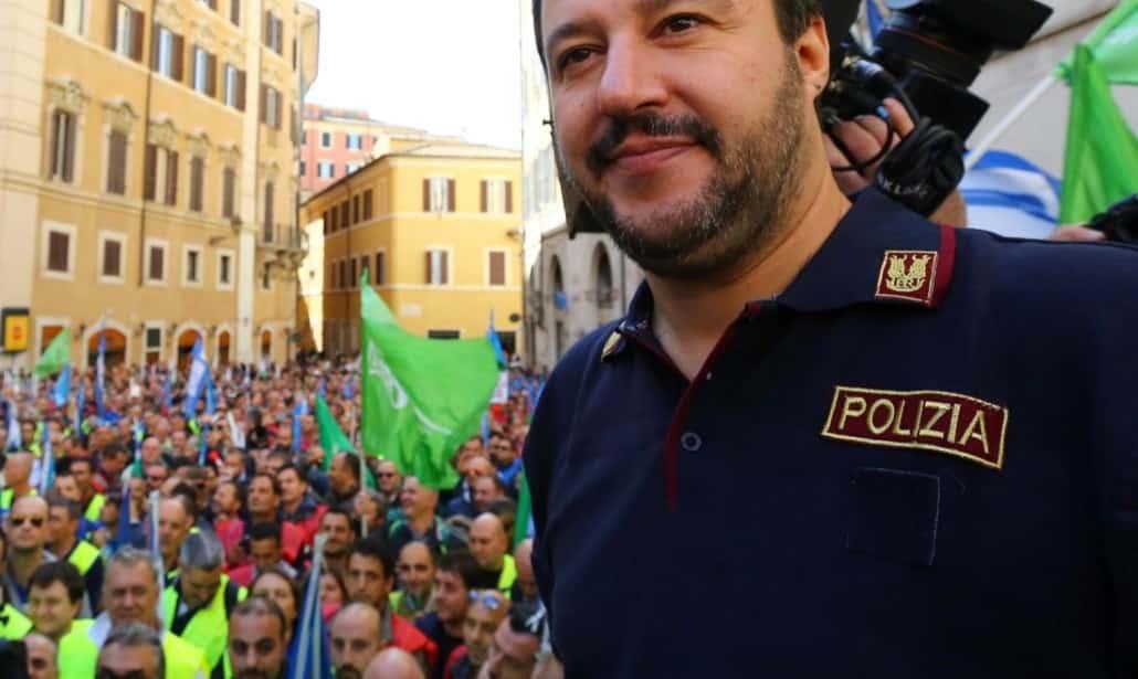 """Salvini attacca Fazio e Saviano, """"Indosso la giacca della polizia auspicando che non si offendano"""""""