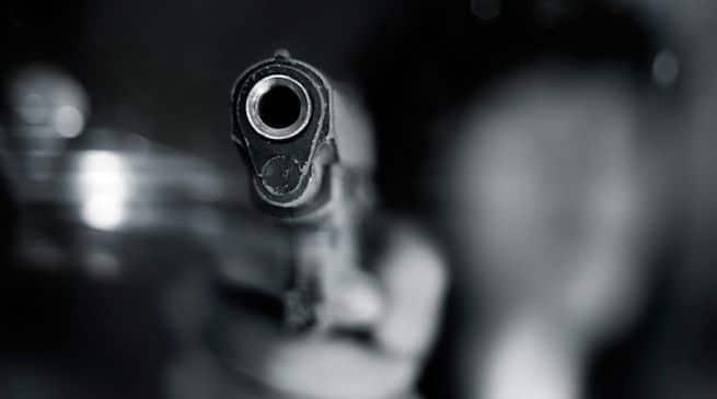 Il suocero cerca di ucciderlo mandandogli un killer, lui riesce a salvarsi offrendogli più denaro