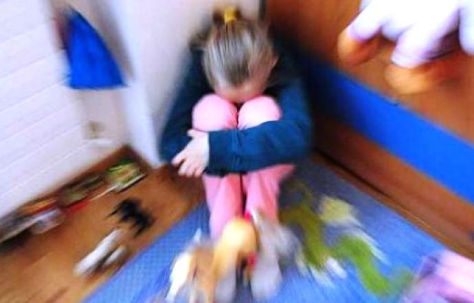 Napoli per Carnevale genitori travestono la figlia da prostituta e pubblicano le foto sui social