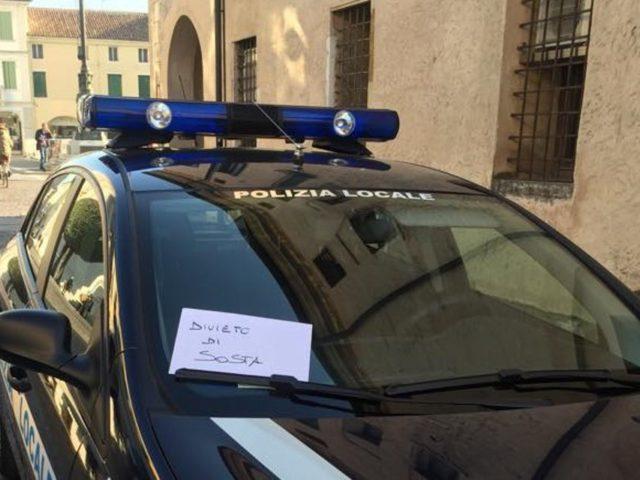Auto dei vigili parcheggiata in divieto di sosta, cittadino eleva una multa