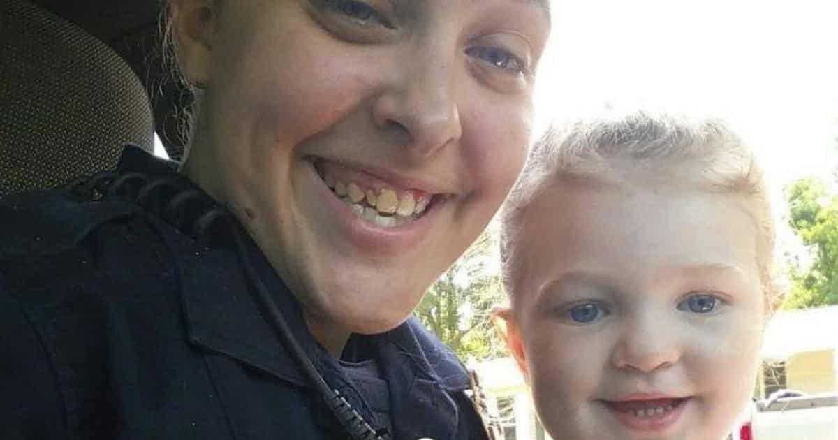 Poliziotta abbandona la figlia di 3 anni in macchina per avere un rapporto con il suo superiore, la piccola muore