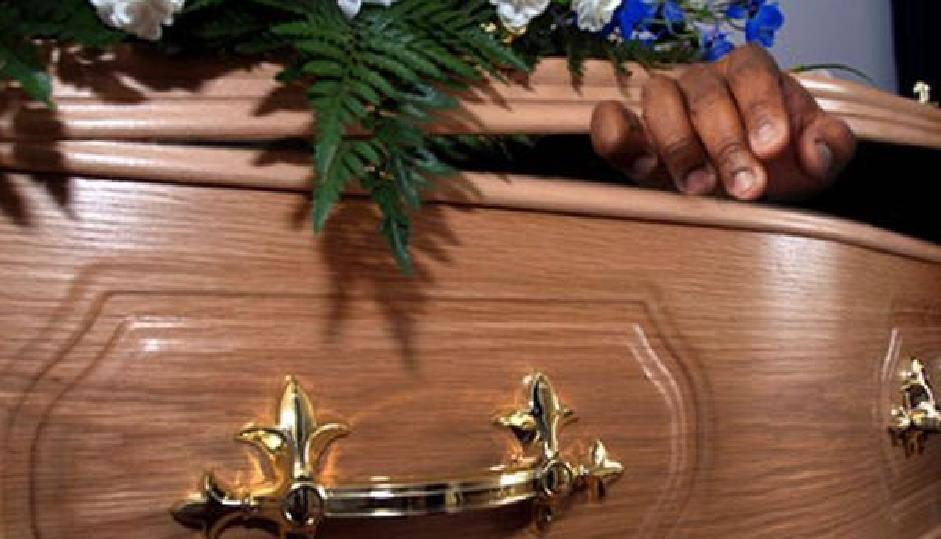 Lo dichiarano morto, ma si risveglia durante il funerale, si alza e si siede in uno dei banchi della chiesa