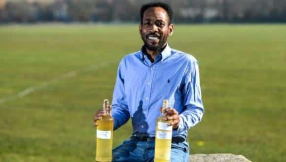Beve due litri al giorno di urina per essere più sano e più bello
