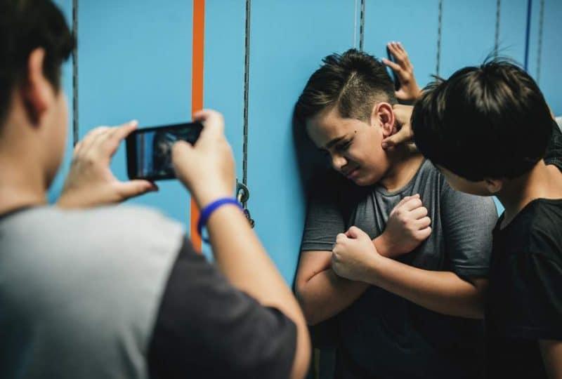 Bimbo di 9 anni vittima da mesi di bullismo a scuola, si vendica mettendo della colla liquida nelle bottiglie d'acqua dei compagni di classe