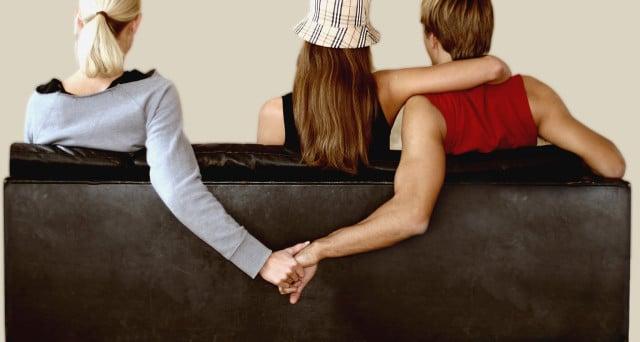 Immagina di essere tradita e ingaggia investigatore, scopre che l'amante del marito è la figlia